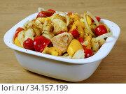 Куски курицы, запеченные со сладким перцем и цветной капустой. Стоковое фото, фотограф ирина реброва / Фотобанк Лори