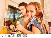 Mädchen mit Bruder und Vater beim Mittagessen oder Abendessen in der Familie. Стоковое фото, фотограф Zoonar.com/Robert Kneschke / age Fotostock / Фотобанк Лори