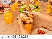 Salat mit Brot und Orangensaft als vegetarisches Mittagessen oder Abendessen. Стоковое фото, фотограф Zoonar.com/Robert Kneschke / age Fotostock / Фотобанк Лори
