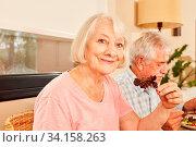 Seniorin als Vegetarier beim gesunden Mittagessen oder Abendessen mit Ehemann. Стоковое фото, фотограф Zoonar.com/Robert Kneschke / age Fotostock / Фотобанк Лори