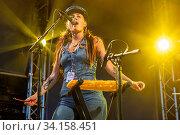 Die britische Band Barbarella's Bang Bang mit Sängerin Barbara Pugliese live beim 27. Blue Balls Festival in Luzern, Schweiz, Europa. Стоковое фото, фотограф Zoonar.com/Oliver Gutfleisch / age Fotostock / Фотобанк Лори