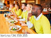 Fans schauen Spiel einer Mannschaft beim Public Viewing in einem Pub oder Bar. Стоковое фото, фотограф Zoonar.com/Robert Kneschke / age Fotostock / Фотобанк Лори