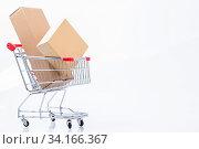 Das Foto zeigt einen Einkaufswagen mit Kartons von vorne gesehen, isoliert auf weißem Hintergrund. Стоковое фото, фотограф Zoonar.com/Ralf Kalytta / easy Fotostock / Фотобанк Лори