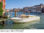 Катер-такси пришвартованный на Гранд канале крупным планом. Венеция (2017 год). Редакционное фото, фотограф Виктор Карасев / Фотобанк Лори