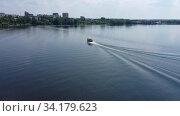 Купить «Прогулочный катер на водной глади озера. Вид сверху», видеоролик № 34179623, снято 5 августа 2020 г. (c) Евгений Ткачёв / Фотобанк Лори