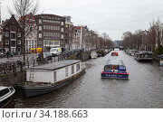 Canal of Amsterdam city, perspective view (2017 год). Редакционное фото, фотограф EugeneSergeev / Фотобанк Лори
