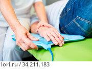 Heilpraktiker macht Magnetfeldtherapie an der Hand einer Seniorin als Naturheilkunde. Стоковое фото, фотограф Zoonar.com/Robert Kneschke / age Fotostock / Фотобанк Лори