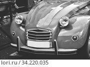 Ansicht eines alten Citroen 2 CV in schwarz-weiss. Стоковое фото, фотограф Zoonar.com/claudia moeckel / easy Fotostock / Фотобанк Лори