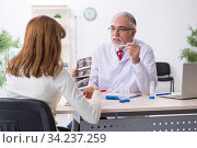 Pregnant woman visiting experienced doctor gynecologist. Стоковое фото, фотограф Elnur / Фотобанк Лори