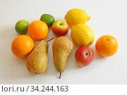 Obst, limette, limetten, zitrone, zitronen, orange, orangen, birne, birnen, apfelsine, apfelsinen, südfrucht, südfrüchte, gesund, cgelb, frucht, früchte... Стоковое фото, фотограф Zoonar.com/Volker Rauch / easy Fotostock / Фотобанк Лори