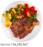 Veal steak with fried potato and pepper. Стоковое фото, фотограф Яков Филимонов / Фотобанк Лори
