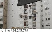 Apartment block view on dull rainy day. Стоковое видео, видеограф Данил Руденко / Фотобанк Лори