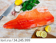 Купить «Salmon fillet on cutting board with lemon and parsley», фото № 34245999, снято 3 августа 2020 г. (c) Яков Филимонов / Фотобанк Лори