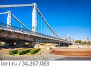 Арки Крымского моста через Москву-реку и пустая набережная (2020 год). Стоковое фото, фотограф Baturina Yuliya / Фотобанк Лори