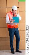 Купить «Man contractor working in box delivery relocation service», фото № 34276323, снято 4 июня 2018 г. (c) Elnur / Фотобанк Лори