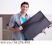 Man trying to fix broken tv. Стоковое фото, фотограф Elnur / Фотобанк Лори