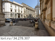 Largo Raffaele Mattioli street. View at Church of St. Fedele and Palace of the Banca Commerciale Italiana. Milan, Lombardy, Italy. (2018 год). Редакционное фото, фотограф Bala-Kate / Фотобанк Лори