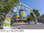 Le Loi riverside avenue, at Phu Xuan bridge, Hue, Vietnam. Стоковое фото, фотограф Peter Erik Forsberg / age Fotostock / Фотобанк Лори