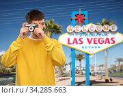 man with vintage film camera over las vegas sign (2020 год). Стоковое фото, фотограф Syda Productions / Фотобанк Лори