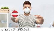man in respirator mask showing stop sign. Стоковое фото, фотограф Syda Productions / Фотобанк Лори