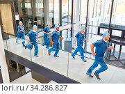 Gruppe Notfall Mediziner laufen schnell zu einem Einsatz in der Rettungsstelle. Стоковое фото, фотограф Zoonar.com/Robert Kneschke / age Fotostock / Фотобанк Лори