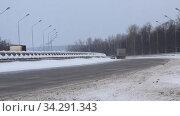 Winter track, highway. Cars driving on the road. Стоковое видео, видеограф Mikhail Erguine / Фотобанк Лори