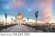 Храм Христа Спасителя и Патриарший мост в Москве (2018 год). Стоковое фото, фотограф Baturina Yuliya / Фотобанк Лори
