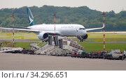 Купить «Airbus A350 taxiing before departure», видеоролик № 34296651, снято 22 июля 2017 г. (c) Игорь Жоров / Фотобанк Лори