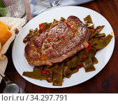 Steak beef with stewed green beans and pepper. Стоковое фото, фотограф Яков Филимонов / Фотобанк Лори