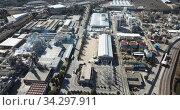 Купить «Top view of the chemical plant and the surrounding area», видеоролик № 34297911, снято 5 марта 2019 г. (c) Яков Филимонов / Фотобанк Лори