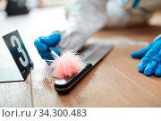 Kriminaltechniker sucht Fingerabdruck auf Messer an einem Tatort. Стоковое фото, фотограф Zoonar.com/Robert Kneschke / age Fotostock / Фотобанк Лори