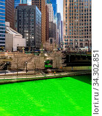 Chicago Skylines building along green dyeing river of Chicago River on St. Patrick day festival in Chicago Downtown IL USA. Стоковое фото, фотограф Zoonar.com/Vichie81 / easy Fotostock / Фотобанк Лори
