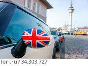 Купить «Autospiegel dekoriert als Union Jack. Mirror of a car in a decor looks like the Union Jack», фото № 34303727, снято 5 августа 2020 г. (c) easy Fotostock / Фотобанк Лори
