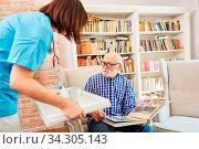 Altenpflegerin bringt einem Senior mit Demenz Tabletten im betreuten Wohnen. Стоковое фото, фотограф Zoonar.com/Robert Kneschke / age Fotostock / Фотобанк Лори