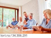 Senioren und Lehrerin im Computerkurs haben Spaß und lachen zusammen. Стоковое фото, фотограф Zoonar.com/Robert Kneschke / age Fotostock / Фотобанк Лори