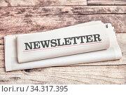 Newsletter Zeitung mit Informationen und News liegt auf einem Holztisch. Стоковое фото, фотограф Zoonar.com/Robert Kneschke / age Fotostock / Фотобанк Лори