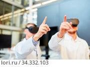 Wissenschaftler mit VR Brille lernen und trainieren in 3D Simulation für Medizin Forschung. Стоковое фото, фотограф Zoonar.com/Robert Kneschke / age Fotostock / Фотобанк Лори