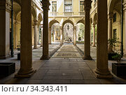 Inner courtyard of old building in the historical center of Milan, at the intersection of streets Via dei Giardini and Via Borgonuovo. Region of Lombardy, Italy, Europe. (2018 год). Редакционное фото, фотограф Bala-Kate / Фотобанк Лори