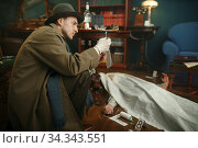 Male detective with takes search evidence. Стоковое фото, фотограф Tryapitsyn Sergiy / Фотобанк Лори