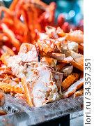 Alaskan King crab in seafood on ice buffet bar. Стоковое фото, фотограф Zoonar.com/Vichie81 / easy Fotostock / Фотобанк Лори