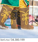 Feet in painted felt boots stand in the snow on a sunny winter day. Стоковое фото, фотограф Акиньшин Владимир / Фотобанк Лори