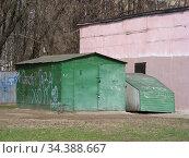 Металлические гаражи во дворе жилых домов на Открытом шоссе. Район Богородское. Город Москва (2010 год). Редакционное фото, фотограф lana1501 / Фотобанк Лори