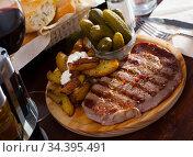 Juicy beef with herbs. Стоковое фото, фотограф Яков Филимонов / Фотобанк Лори