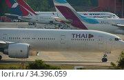 Airliner taxiing to runway before departure (2016 год). Редакционное видео, видеограф Игорь Жоров / Фотобанк Лори