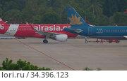 Airbus 320 airliner being towed for departure. Редакционное видео, видеограф Игорь Жоров / Фотобанк Лори