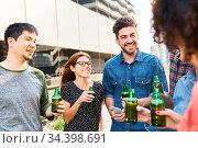 Studenten und Freunde beim Smalltalk mit Bier auf einer Party auf... Стоковое фото, фотограф Zoonar.com/Robert Kneschke / age Fotostock / Фотобанк Лори