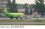 S7 Airlines Embraer 170 towing. Редакционное видео, видеограф Игорь Жоров / Фотобанк Лори