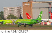 S7 Airlines Embraer 170 accelerate before departure. Редакционное видео, видеограф Игорь Жоров / Фотобанк Лори