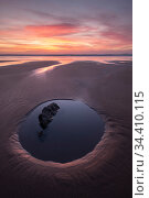 Tidal pool, reflections and sunset at Sandymouth Bay, Cornwall, UK. Стоковое фото, фотограф Ross Hoddinott / Nature Picture Library / Фотобанк Лори