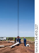 Orenburg, Russia - May, 26, 2020: Workers-slingers on a construction site prepare a wind turbine rotor for lifting with a crane. Редакционное фото, фотограф Вадим Орлов / Фотобанк Лори